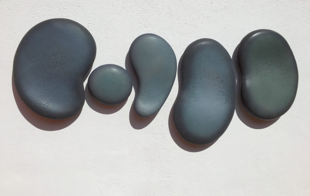 Komma's, 2015, glazed stoneware,155 x 9 x 65 cm