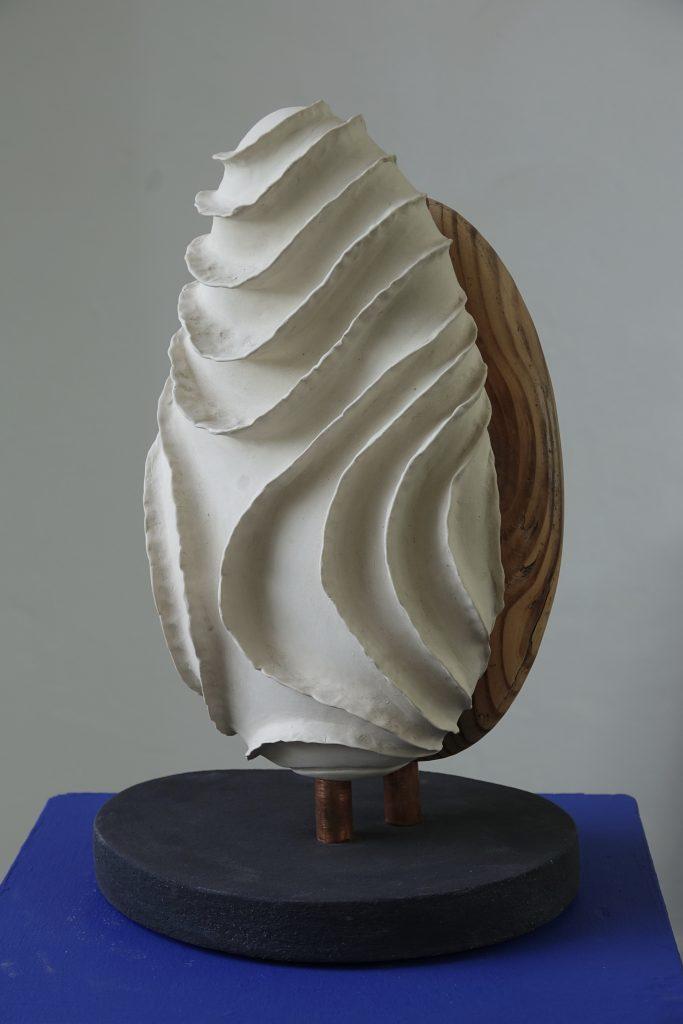 Hout en koud, 2019, porcelain and wood, 30 x 26 x 48 cm